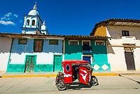 Dreirädriges Taxi Tuktuk vor kolonialer Architektur und Kirchturm in der Stadt Celendin, Provinz Celendin, Peru, Südamerika