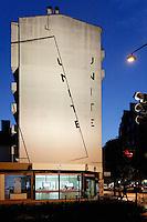 Oeuvre murale de Peter Downsbrough et son eclairage<br /> D'autre creation de Downsbrough utilisent exactement le meme protocole