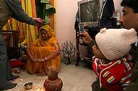 06.12.2008 Delhi(Harayana)<br /> <br /> Member of the bride family blessing her during a puja.<br /> <br /> Membre de la famille de la <br /> mariée en train de la benir pendant une puja.