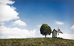 Germany, Upper Bavaria, near Murnau: chapel at Aidlinger Heights near Aidling at lake Riegsee   Deutschland, Bayern, Kapelle auf der Aidlinger Hoehe bei Aidling am Riegsee im oberbayerischen Voralpenland