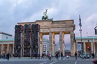 """Die temporaeren Skulptur """"Monument"""" von Manaf Halbouni auf dem Platz des 18. Maerz vor dem Brandenburger Tor.<br /> Die Skultur ist ein Mahnmal gegen den Buergerkrieg in Syrien. Dort werden kaputte Busse zum Schutz gegen Scharfschuetzen genutzt indem sie hochkant in den Strassen aufgestellt werden.<br /> 13.11.2017, Berlin<br /> Copyright: Christian-Ditsch.de<br /> [Inhaltsveraendernde Manipulation des Fotos nur nach ausdruecklicher Genehmigung des Fotografen. Vereinbarungen ueber Abtretung von Persoenlichkeitsrechten/Model Release der abgebildeten Person/Personen liegen nicht vor. NO MODEL RELEASE! Nur fuer Redaktionelle Zwecke. Don't publish without copyright Christian-Ditsch.de, Veroeffentlichung nur mit Fotografennennung, sowie gegen Honorar, MwSt. und Beleg. Konto: I N G - D i B a, IBAN DE58500105175400192269, BIC INGDDEFFXXX, Kontakt: post@christian-ditsch.de<br /> Bei der Bearbeitung der Dateiinformationen darf die Urheberkennzeichnung in den EXIF- und  IPTC-Daten nicht entfernt werden, diese sind in digitalen Medien nach §95c UrhG rechtlich geschuetzt. Der Urhebervermerk wird gemaess §13 UrhG verlangt.]"""