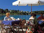 "Kroatien, Istrien, Rovinj: ""Perle Istriens"" - Altstadt, Frau im Strassencafe | Croatia, Istria, Rovinj: ""Perl of Istria"" old town, cafe"