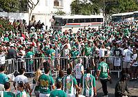 SÃO PAULO, SP,06 MAIO 2012 - CAMPEONATO PAULISTA - GUARANI x SANTOS FINAL Torcedores  do Guarani  antes da  partida Guarani X Santos válido pelo primeiro jogo da final do Campeonato Paulista no Estádio Cicero Pompeu de Toledo  (Morumbi), na região sul da capital paulista na tarde deste domingo  (06). (FOTO: ALE VIANNA -BRAZIL PHOTO PRESS).