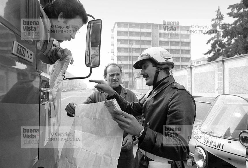 - Milano 1984, Vigili Urbani, indicazioni stradali<br /> <br /> - Milan 1984, traffic police, driving directions