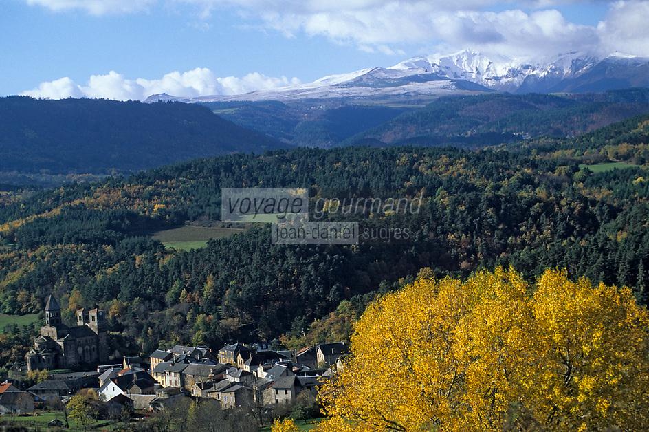 Europe/France/Auvergne/63/Puy-de-Dôme/Parc Naturel Régional des Volcans/St Nectaire: L'église de Saint Nectaire et le massif du Sancy (1885mètres)
