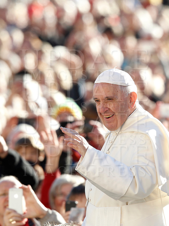 Papa Francesco saluta i fedeli al suo arrivo all'udienza generale del mercoledi' in Piazza San Pietro, Citta' del Vaticano, 12 ottobre 2016.<br /> Pope Francis waves to faithful as he arrives for his weekly general audience in St. Peter's Square at the Vatican, 12 October 2016.<br /> UPDATE IMAGES PRESS/Isabella Bonotto<br /> <br /> STRICTLY ONLY FOR EDITORIAL USE