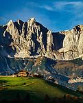 Austria, Tyrol, Going am Wildem Kaiser:  mountain farmhouse and Wilder Kaiser mountains | Oesterreich, Tirol, bei Going am Wildem Kaiser: Bauernhof vorm Wilden Kaiser