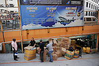 CHINA Guangzhou , african trader buy  textiles in export- and wholesale markets which the ship to Africa for their shops, Canaan Export Center, freight agency  / CHINA , Provinz Guangdong , Metropole Guangzhou (Kanton) , Haendler aus Afrika kaufen in Grosshandels-/Exportmaerkten Textilien fuer Ihre Laeden in Afrika ein, Canaan Export Center, Frachtagentur