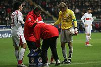 Roberto Hilbert wird behandelt, Serda Tasci und Timo Hildebrand (alle VfB Stuttgart) k¸mmern sich