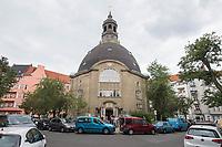 Eroeffnung der ersten Stempelstation fuer den Jakobsweg in Berlin an der Koenigin-Luise-Gedaechtniskirche in Berlin Schoeneberg (im Bild).<br /> Zur Eroeffnung kamen neben etlichen Pilgern aus Deutschland auch die Berliner Imamin Seran Ates.<br /> 24.8.2020, Berlin<br /> Copyright: Christian-Ditsch.de<br /> NUR FUER REDAKTIONELLE ZWECKE! Werbung nur auf Anfrage beim Fotografen. [Inhaltsveraendernde Manipulation des Fotos nur nach ausdruecklicher Genehmigung des Fotografen. Vereinbarungen ueber Abtretung von Persoenlichkeitsrechten/Model Release der abgebildeten Person/Personen liegen nicht vor. NO MODEL RELEASE! Don't publish without copyright Christian-Ditsch.de, Veroeffentlichung nur mit Fotografennennung, sowie gegen Honorar, MwSt. und Beleg. Konto: I N G - D i B a, IBAN DE58500105175400192269, BIC INGDDEFFXXX, Kontakt: post@christian-ditsch.de<br /> Bei der Bearbeitung der Dateiinformationen darf die Urheberkennzeichnung in den EXIF- und  IPTC-Daten nicht entfernt werden, diese sind in digitalen Medien nach §95c UrhG rechtlich geschuetzt. Der Urhebervermerk wird gemaess §13 UrhG verlangt.]