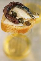 Europe/Croatie/Dalmatie/Ston: Toast au fromage, capres  et anchois accompagné d'un verre  de vin blanc