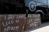 ATENÇÃO EDITOR: FOTO EMBARGADA PARA VEÍCULOS INTERNACIONAIS. - RIO DE JANEIRO,RJ,11 DE SETEMBRO DE 2012- OPERAÇÃO  POLICIAL  FAVELA DA  CHATUBA- Policias do BOPE, BP CHOQUE, BAC, INTELIGÊNCIA E CIVIS realizam  na manhã desta terça-feira (11) uma  operação em conjunto atrá s dos traficantes que executaram  6 adolescentes e um cadete da  PMERJ, último final de semana.<br /> ( GUTO MAIA / BRAZIL PHOTO PRESS )