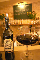 The gourmet Restaurant Le Jardin d'Ausone in the old town in Bordeaux: the bar with a bottle of Vieux Os Napa Valley Zinfandel decanted into an original decanter from Spiegelau