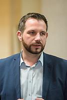"""1. Sitzungstag des Berliner """"Amri-Untersuchungsausschuss"""".<br /> Am Freitag den 14. Juli 2017 konstituierte sich der sogenannte """"Amri-Untersuchungsausschuss des Berliner Abgeordnetenhaus. Der 1. Untersuchungsausschuss der 18. Wahlperiode will versuchen die diversen Unklarheiten im Fall des Weihnachtsmarkt-Attentaeters zu klaeren.<br /> Im Bild: Ausschussmitglied Tom Schreiber, SPD spricht mit Journalisten.<br /> 14.7.2017, Berlin<br /> Copyright: Christian-Ditsch.de<br /> [Inhaltsveraendernde Manipulation des Fotos nur nach ausdruecklicher Genehmigung des Fotografen. Vereinbarungen ueber Abtretung von Persoenlichkeitsrechten/Model Release der abgebildeten Person/Personen liegen nicht vor. NO MODEL RELEASE! Nur fuer Redaktionelle Zwecke. Don't publish without copyright Christian-Ditsch.de, Veroeffentlichung nur mit Fotografennennung, sowie gegen Honorar, MwSt. und Beleg. Konto: I N G - D i B a, IBAN DE58500105175400192269, BIC INGDDEFFXXX, Kontakt: post@christian-ditsch.de<br /> Bei der Bearbeitung der Dateiinformationen darf die Urheberkennzeichnung in den EXIF- und  IPTC-Daten nicht entfernt werden, diese sind in digitalen Medien nach §95c UrhG rechtlich geschuetzt. Der Urhebervermerk wird gemaess §13 UrhG verlangt.]"""