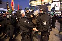"""Protest gegen AfD-Aufmarsch in Berlin.<br /> Am Samstag den 31. Oktober 2015 protestierten etwa 350 Menschen gegen einen Aufmarsch der Rechts-Partei Alternative fuer Deutschland und blockierten blockierten kurzzeitig die Marschroute von der 250 AfD-Anhaengern. Die Polizei ordnete daraufhin eine verkuerzte Route an und raeumte dafuer der AfD den Weg frei. Vereinzelt kam es dabei zu Festnahmen.<br /> Die ca. 250 Anhaenger der Rechts-Partei Alternative fuer Deutschland (AfD) hatten sich zu einer Kundgebung gegen die Fluechtlings- und Asylpolitik der Bundesregierung versammelt. Dabei wurde die Bundeskanzlerin Angela Merkel mehrfach scharf angegriffen. Die Berichterstattung ueber Fluechtlinge in den Medien wurde mit lautstarken Rufen """"Luegenpresse"""" beschimpft.<br /> Der brandenburgische Landesvorsitzende Gauland forderte eine Fluechtlingspolitik wie in Japan, wo angeblich nur 20 Fluechtlinge pro Jahr aufgenommen werden.<br /> 31.10.2015, Berlin<br /> Copyright: Christian-Ditsch.de<br /> [Inhaltsveraendernde Manipulation des Fotos nur nach ausdruecklicher Genehmigung des Fotografen. Vereinbarungen ueber Abtretung von Persoenlichkeitsrechten/Model Release der abgebildeten Person/Personen liegen nicht vor. NO MODEL RELEASE! Nur fuer Redaktionelle Zwecke. Don't publish without copyright Christian-Ditsch.de, Veroeffentlichung nur mit Fotografennennung, sowie gegen Honorar, MwSt. und Beleg. Konto: I N G - D i B a, IBAN DE58500105175400192269, BIC INGDDEFFXXX, Kontakt: post@christian-ditsch.de<br /> Bei der Bearbeitung der Dateiinformationen darf die Urheberkennzeichnung in den EXIF- und  IPTC-Daten nicht entfernt werden, diese sind in digitalen Medien nach §95c UrhG rechtlich geschuetzt. Der Urhebervermerk wird gemaess §13 UrhG verlangt.]"""