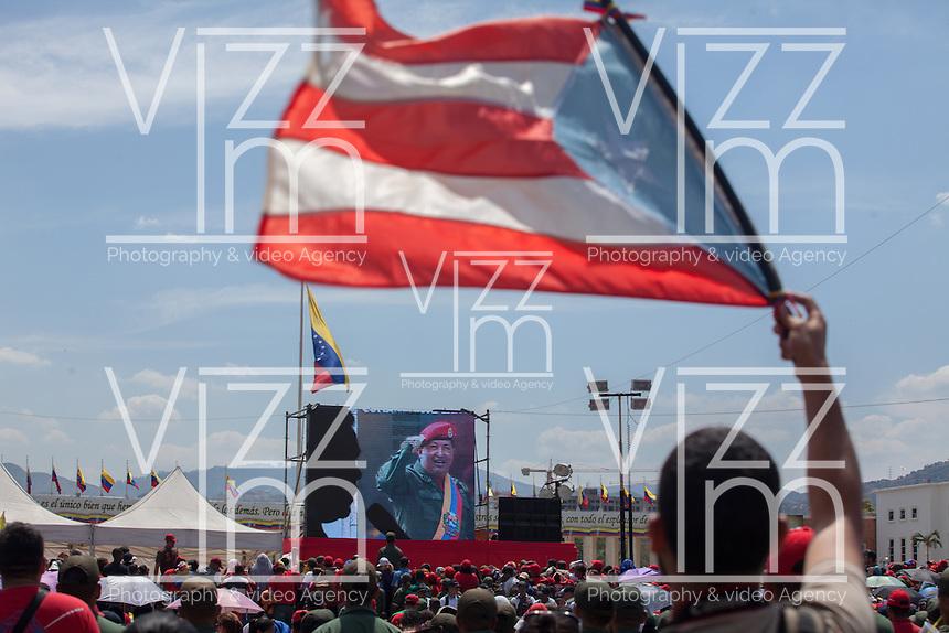 CARACAS - VENEZUELA 08-03-2013, Un hombre ondea una bandera cubana durante el funeral de estado de Chávez. El lider y  presidente de Venezuela, Hugo Chávez Frías, falleció el pasado martes 5 de marzo de 2013 a causa de un cancer a la edad de 58 años./ A man waves a vcuban flag durign the state funeral of Chavez. The leader and president of Venezuela, Hugo Chavez Frias who died by cancer the past March 5th of 2013 at the age of 58. Photo: VizzorImage / CONT