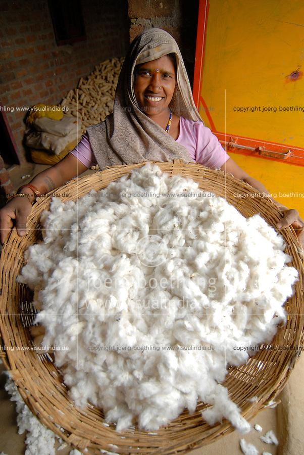 Indien Madhya Pradesh , bioRe Projekt fuer biodynamischen Anbau von Baumwolle in Kasrawad / INDIA Madhya Pradesh , organic cotton project bioRe in Kasrawad, woman with cotton yield