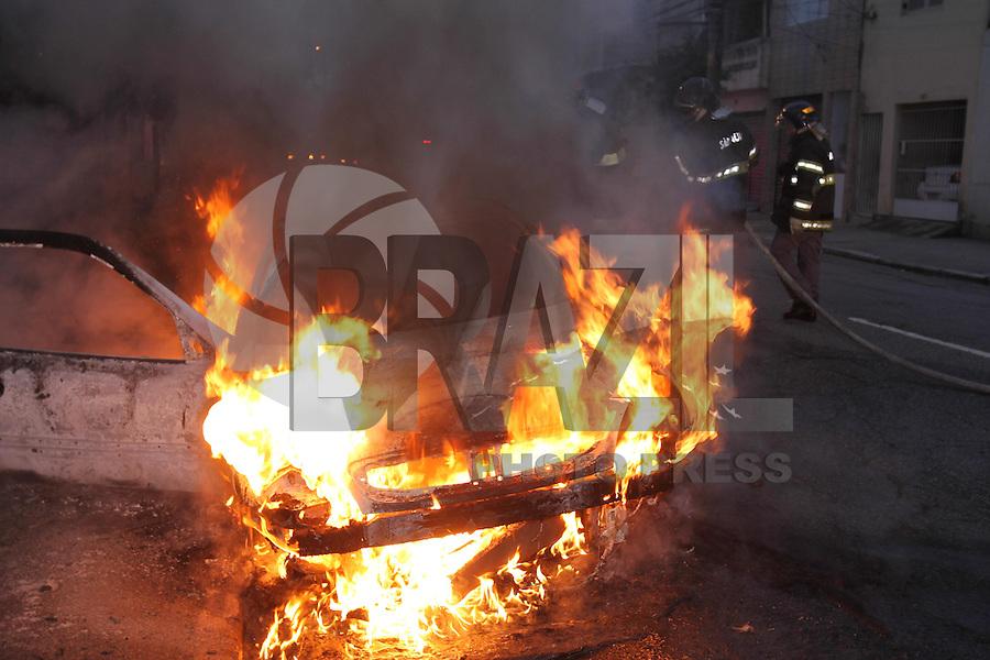 SÃO PAULO, SP, 24/08/2013, INCENDIO VEICULO. Um veiculo estacionado da Rua Borges de Figueiredo altura do nº 300 no bairro da Mooca,  pegou fogo na manhã desse sabado (24). Ninguém ficou ferido, o proprietário do veiculo não foi localizado. LUIZ GUARNIERI/ BRAZIL PHOTO PRESS