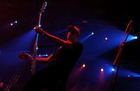 Das Festival With Full Force geht in die 18. Runde. 60 Bands aus der Hardcore-, Punk- und Metallszene haben sich auf dem haertesten Acker Deutschlands nahe Roitzschjora versammelt. Dazu gesellen sich nach Angaben der Veranstalter Sven Borges, Mike Schorler und Roland Ritter fast 30000 Besucher aus aller Welt. Drei Tage lassen die Bands ihre stromgestaehlten Gitarren gluehen und pusten per Mega-Boxenwand das Gras von der Landebahn des Sportflugplatzes. im Bild: Melodycore, Punkrock aus Schweden wird von der Band Millencolin vorgetragen. Erik Ohlsson.  Foto: Alexander Bley