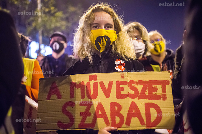 "UNGARN, 23.10.2020, Budapest VIII. Bezirk. Im Zeichen des konservativ-autoritaeren Kulturkampfes uebernehmen regierungsnahe Kreise die Theater- und Filmhochschule SzFE. Der Protest der Studenten mit ihrem seit dem 01.09 besetzten Gebaeude ist zum Bezugspunkt der ungarischen Opposition geworden. -Der Aufruf der Studenten zum Gedenkmarsch, dem bis zu 20000 Menschen folgen, bestimmt den Nationalfeiertag des 1956-er Volksaufstandes: Abshlusskundgebung auf der Rákóczi út, ""Die Kunst ist frei"". 