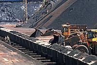 Carregamento de minério de ferro, Mina Alegria. Companhia Vale do Rio Doce. Mariana. Minas Gerais. 2009. Foto de Rogério Reis.