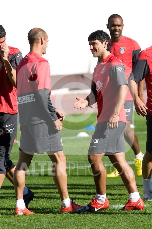 Atletico de Madrid's Kun Aguero (r) and Mariano Pernia during training session. October 26 20079. (ALTERPHOTOS/Acero).