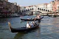 Gondole sul Canal Grande a Venezia. Sullo sfondo, il Ponte di Rialto.<br /> Gondolas on the Grand Canal in Venice. In background, the Rialto bridge.<br /> UPDATE IMAGES PRESS/Riccardo De Luca