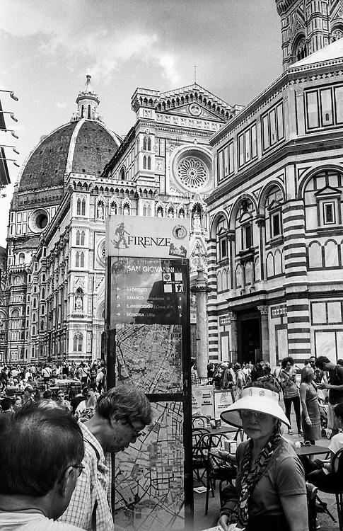 Firenze, Piazza del Duomo. Tourists at the Cattedrale di Santa Maria del Fiore