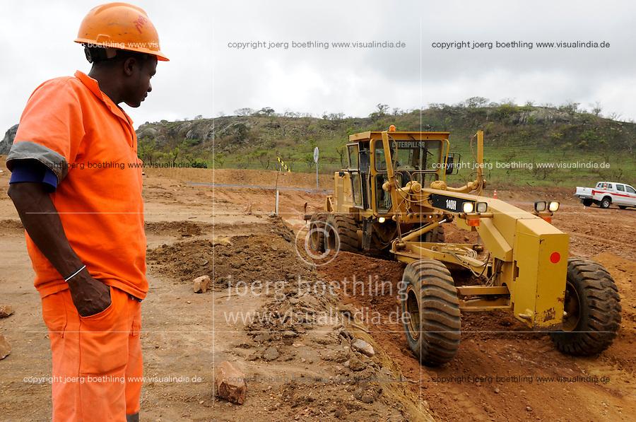ANGOLA Malange, Strassenbau durch brasilianische Firma Odebrecht / ANGOLA Malange, road construction conducted by brazil company Oderbrecht