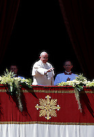 Papa Francesco saluta i fedeli dopo aver impartito la benedizione 'Urbi et Orbi' dalla Loggia centrale della Basilica di San Pietro, in occasione della Pasqua, Citta' del Vaticano, 20 aprile 2014.<br /> Pope Francis waves to faithful after delivering the 'Urbi et Orbi' blessing from the central balcony of St. Peter's Basilica on the occasion of the Easter Sunday, at the Vatican, 20 April 2014.<br /> UPDATE IMAGES PRESS/Isabella Bonotto<br /> <br /> STRICTLY ONLY FOR EDITORIAL USE