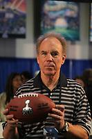 Hall-of-Fame Quarterback Roger Staubach (l.) stellt das Logo fuer den Super Bowl XLV in Dallas vor<br /> Vorstellung Logo Super Bowl XLV, Super Bowl XLIV Pressekonferenzen *** Local Caption *** Foto ist honorarpflichtig! zzgl. gesetzl. MwSt. Auf Anfrage in hoeherer Qualitaet/Aufloesung. Belegexemplar an: Marc Schueler, Alte Weinstrasse 1, 61352 Bad Homburg, Tel. +49 (0) 151 11 65 49 88, www.gameday-mediaservices.de. Email: marc.schueler@gameday-mediaservices.de, Bankverbindung: Volksbank Bergstrasse, Kto.: 52137306, BLZ: 50890000