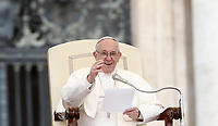 Papa Francesco tiene l'udienza generale del mercoledì in Piazza San Pietro, Citta' del Vaticano, 15 novembre, 2017.<br /> Pope Francis leads his weekly general audience in St. Peter's Square at the Vatican, on November 15, 2017.<br /> UPDATE IMAGES PRESS/Isabella Bonotto<br /> <br /> STRICTLY ONLY FOR EDITORIAL USE