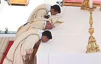 Papa Francesco celebra la messa per la canonizzazione di Madre Teresa di Calcutta in Piazza San Pietro, Citta' del Vaticano, 4 settembre 2016.<br /> Pope Francis celebrates a mass for the canonization of Mother Teresa in St. Peter's Square at the Vatican, 4 September 2016.<br /> <br /> UPDATE IMAGES PRESS/Isabella Bonotto<br /> <br /> STRICTLY ONLY FOR EDITORIAL USE