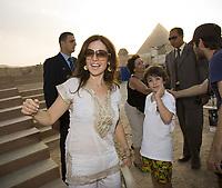 L'artiste et auteur compositeur montréalaise Chantal Chamandy s'est rendue, aujourd'hui, sur le site des pyramides du plateau de Gizeh en Égypte en compagnie de son fils Harley. Ensemble, ils ont pu constater l'avancement de la construction de la scène aménagée au pied du célèbre Sphinx sur laquelle elle se produira le vendredi 7 septembre prochain. Voir communiqué 23 août sous Ninemuse. (Groupe CNW/Ninemuse Entertainment)