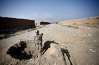 Afghanistan, 10.2012, Nawabad. US-Truppen sind in eine Sprengfalle geraten. Eine Minenraeumungsgruppe sucht die Strecke nach weitern Sprengsaetzen ab.   US Army unit after being hit by an IED. A Route Clearance Package searches for further hidden IED´s along the road. © Timo Vogt/EST&OST