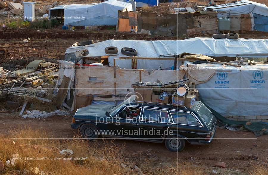 LEBANON Beqaa valley, Deir el Ahmad, camp for syrian refugees, UNHCR tents and Mercedes Benz car with luggage / LIBANON Bekaa Tal, Deir el Ahmad, Camp fuer syrische Fluechtlinge am Dorfrand, Mercedes Benz Auto mit Gepaeck, UNHCR Zelte