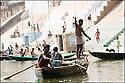 2006- Inde- Varanasi, embarcation de pêcheurs sur le Gange.