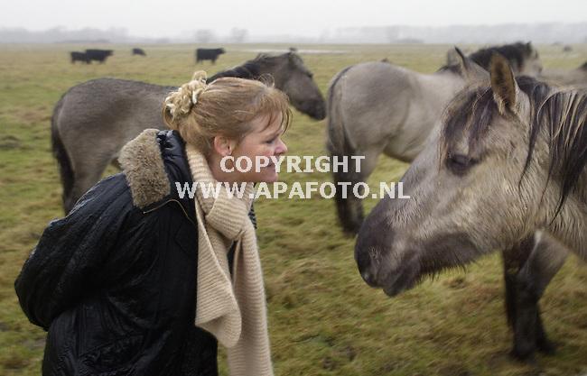 Millingerwaard, 020103<br />Margriet Markerings bij een wild paard.<br />Foto: Sjef Prins - APA Foto