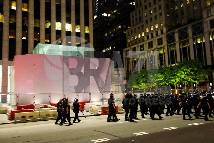 NOVA YORK, EUA, 05.06.2020 - PROTESTO-NOVA YORK - Loja da Apple na Quinta avenida é vista com tapumes e grade de proteçao durante protesto onde os nova-iorquinos protestam pela morte de George Floyd em 4 de junho de 2020 na cidade de Nova York, Estados Unidos e realizam ato c77ontra o racismo e residencia andando por toda a cidade durante toque de recolher aplicado na cidade das 8pm-5am, ocasionando prisões pela NYPD. George Floyd, um negro desarmado, morreu em 25 de maio após ser detido por um policial branco durante sua prisão no estado de Minnesota, o que provocou protestos em todo o país. (Foto: Vanessa Carvalho/Brazil Photo Press)