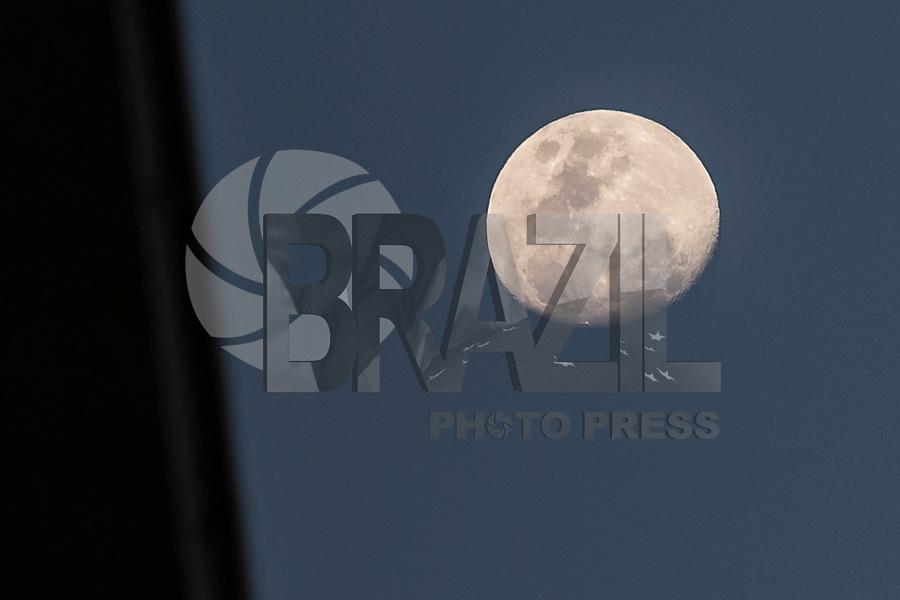 RIO DE JANEIRO, RJ, 03.12.2014 - LUA -  Lua é vista da Praia de Copacabana, no início de noite desta quarta-feira, 03. (Foto: Gustavo Serebrenick / Brazil Photo Press)
