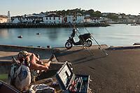 Europe/France/Aquitaine/64/Pyrénées-Atlantiques/Pays-Basque/Saint-Jean-de-Luz:  Pêcheur amateur relax sur le port de pêche et en fond le village de Ciboure