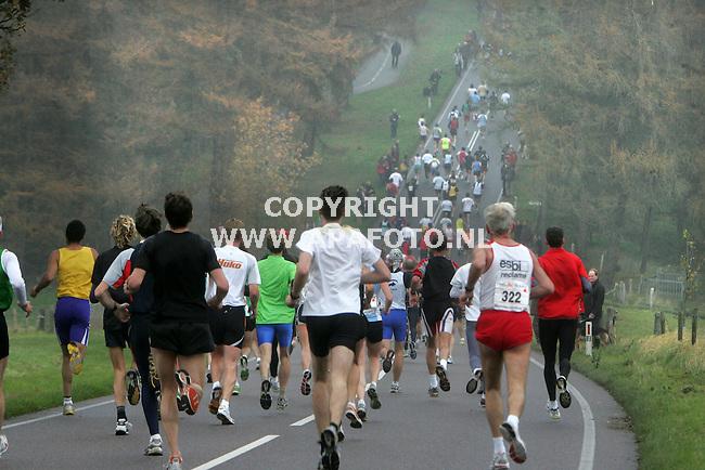 nijmegen 201105 zevenheuvelenloop<br />ruim 30.000 deelnemers waarvan hier een gedeelte op de zevenheuvelenweg van `groesbeek naar nijmegen.<br />foto frans ypma APA-foto