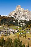 Italy, South Tyrol (Trentino-Alto Adige), Dolomites, Corvara in Badia with summit Sassongher   Italien, Suedtirol (Trentino-Alto Adige), Dolomiten, Corvara mit dem Sassongher