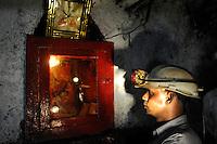 INDIA Dhanbad, underground coal mining of BCCL Ltd. a company of COAL INDIA, miner at Hindu shrine / INDIEN Dhanbad, Kohle Untertagebergwerk von BCCL Ltd., Bergmann am Hindu Schrein