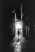 """Stari Grad (Cittavecchia di Lesina), cittadina sull'isola di Hvar tra le più antiche d'Europa. La sagoma di una donna in un vicolo --- Stari Grad (""""old town"""") on the island of Hvar, one of the oldest towns in Europe. The silhouette of a woman in an alley"""