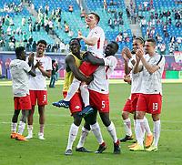 Dominik Kaiser wird  Abschied gecelebrates   <br /> 1. Bundesliga /  2017/2018 / 05.05.2018 / RB Leipzig RBL vs. VfL Wolfsburg WOB 180505029 /        *** Local Caption *** © pixathlon<br /> Contact: +49-40-22 63 02 60 , info@pixathlon.de
