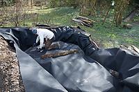 Anlage eines Sandariums im Garten, Schritt 2: in die fertige Grube und den Umrandungsgraben wird ein Vlies, Unkrautvlies gelegt. Sandarium, Sand, Sandfläche, Sandhaufen im Garten, Naturgarten, Nisthilfe für Wildbienen und solitäre Wespen, Lebensraum für Eidechsen, Eidechse. Soll verschiedenen Insekten als Unterschlupf, Nistplatz, und Nahrungsquelle dienen. Mehr als die Hälfte der Wildbienenarten, welche Nester bauen, nisten im Erdboden. Wildbienen-Nisthilfen, Wildbienen-Nisthilfe selbermachen, selber machen, Wildbienenhotel, Insektenhotel, Wildbienen-Hotel, Insekten-Hotel