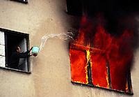 Sarajevo / Bosnia 18 marzo 1996<br /> Un abitante del quartiere serbo di Grbavica cerca di salvare la casa dalle fiamme. A resident of the serb district of Grbavica Serb tries to save his house from the flames. <br /> Photo Livio Senigalliesi