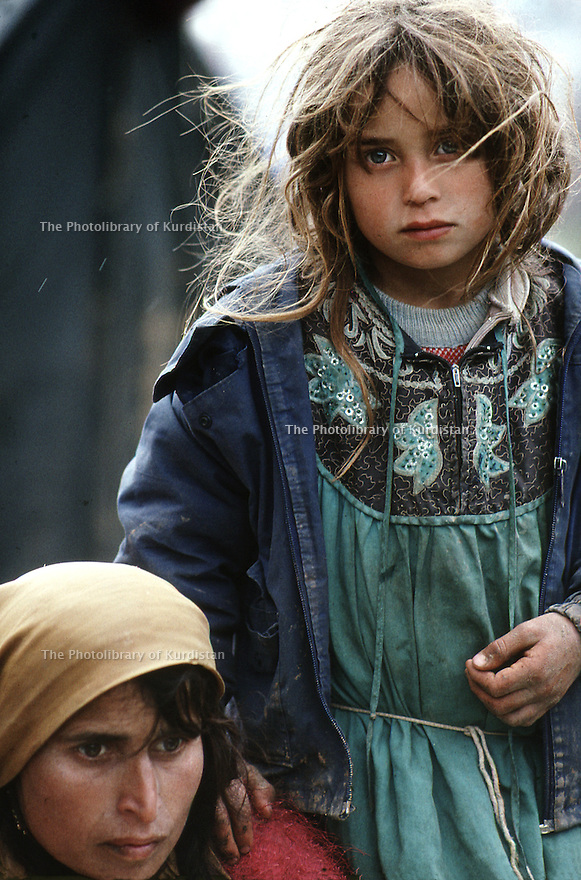 Irak 1991 Une femme et sa fille, fuyant l'armée irakienne, arrivent épuisées à la frontière Irak-Turquie Iraq 1991  A woman and her daughter fleeing from Iraqi army, at the border of Iraq-Turkey