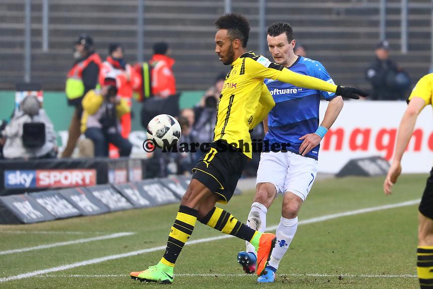 Pierre-Emerick Aubameyang (Borussia Dortmund) gegen Artem Fedetskyy (SV Darmstadt 98)- 11.02.2017: SV Darmstadt 98 vs. Borussia Dortmund, Johnny Heimes Stadion am Boellenfalltor